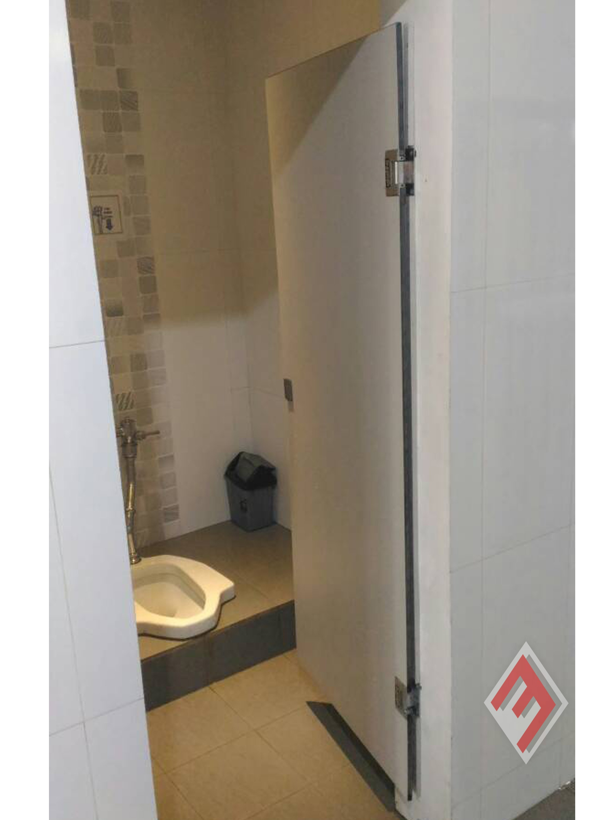 Aplikator Cubicle Toilet Indonesia PEMASANGAN PINTU TOILET/KAMAR MANDI